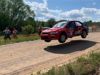 Экипаж Mitsubishi Lancer Evo команды Suprotec Racing выиграл ралли Пушкинские горы