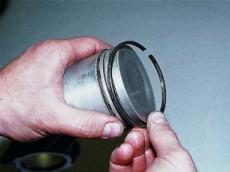 снятие поршневого кольца