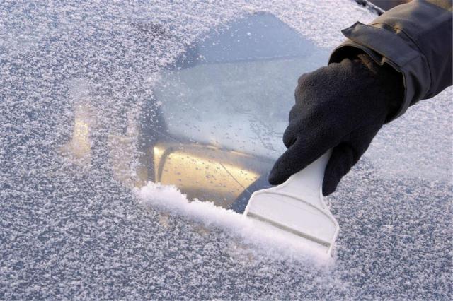 Очистка стекла скребком от наледи и снега