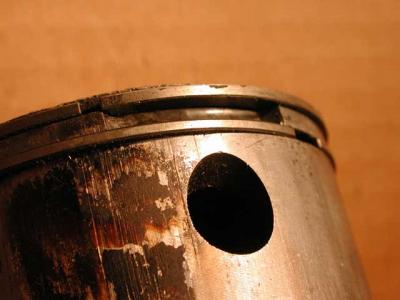Износ и разрушение поверхностей верхней кольцевой канавки, кольца и его перемычки